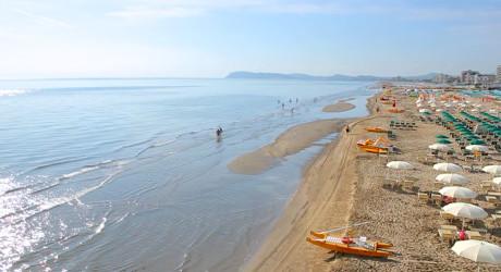 spiaggia_estate_mattina_aerea_hd